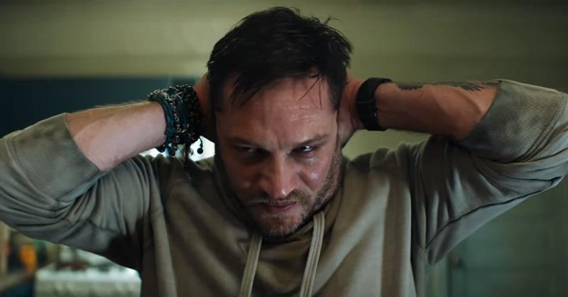 Tom Hardy in una sequenza tratta da Venom