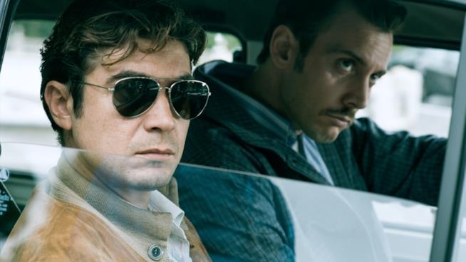 Riccardo scamarcio è il boss Enrico De Pedis in una scena del film