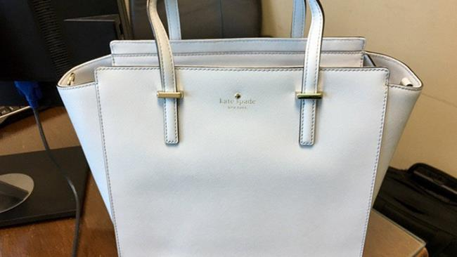 e78af53fd721 Il dibattito di The Dress si riaccende  questa borsa è bianca o blu
