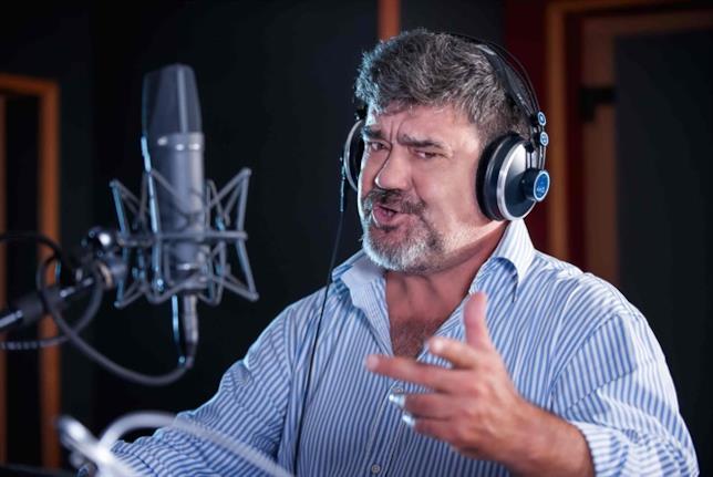 Francesco Pannofino nello studio di registrazione