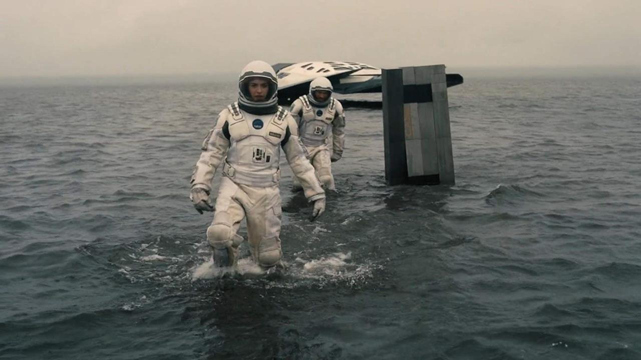 Cooper e il suo equipaggio sbarcano su un pianeta ricoperto d'acqua