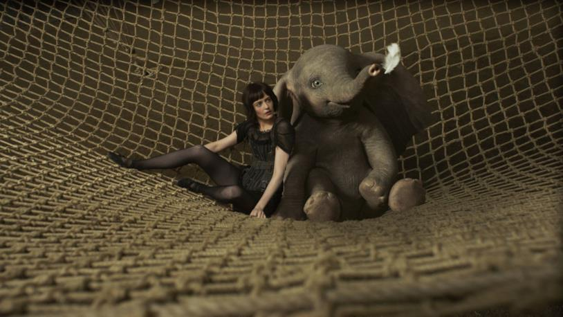 Eva Green e Dumbo in una scena dal film