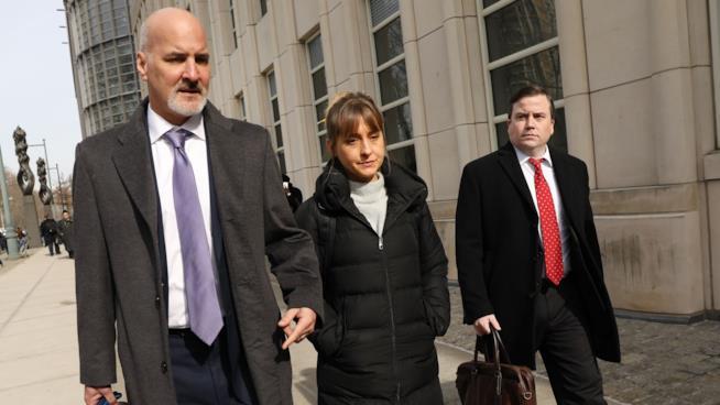 Allison Mack con i suoi avvocati