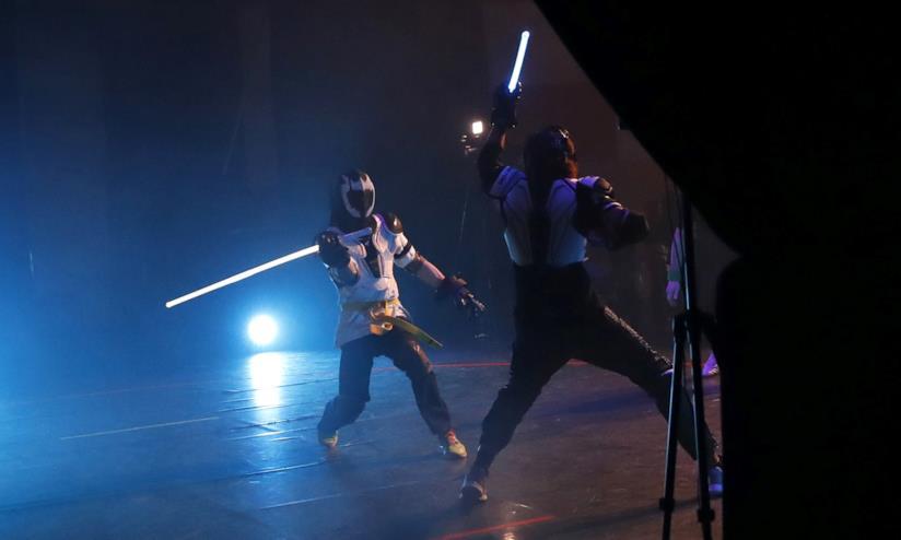 Duellanti si battono in un torneo a Parigi