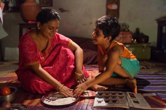 Un momento dell'infanzia indiana di Aja, cresciuto senza conoscere il padre