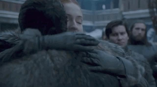 Sansa abbraccia Jon a Grande Inverno