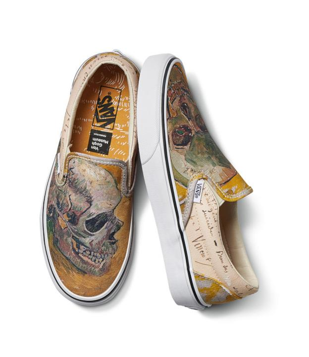 Sneakers a tema Teschio di Van Gogh fotografate dall'alto