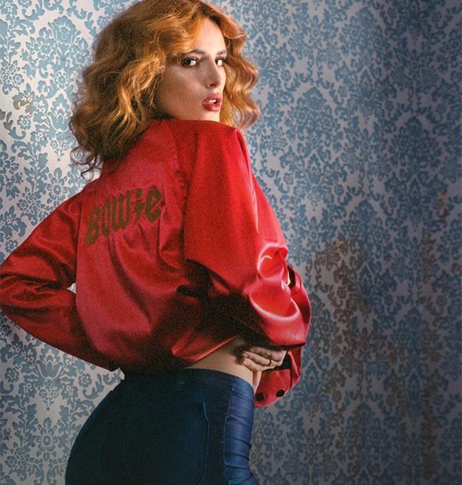 "Bella Thorne posa per Playboy indossando un bomber rosso con la scritta ""Bowie"""