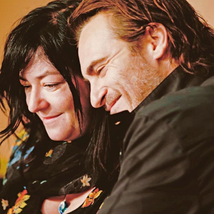 Joaquin Phoenix e Lynne Ramsay si abbracciano alla conferenza stampa di You Were Never Really Here