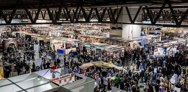 Foto aerea dell'area espositiva di Cartoomins, con un gran numero di visitatori tra gli stand