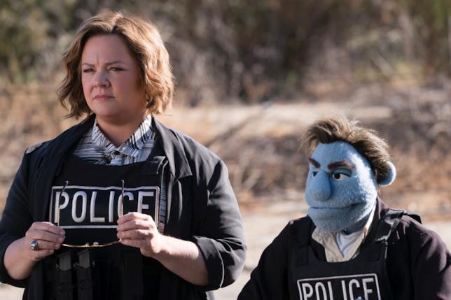 I detective Phil Phillips e Connie Edwards (Melissa McCarthy) impegnati a risolvere un caso in Pupazzi senza gloria