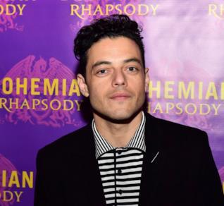 Rami Malek posa davanti al poster di Bohemian Rhapsody
