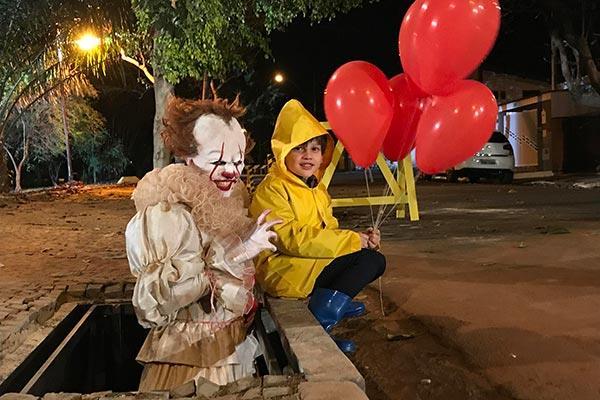 Georgie e Pennywise appostati per lo scherzo brasiliano
