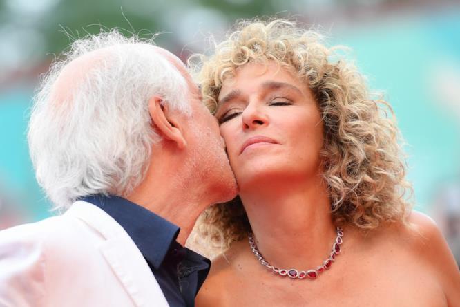 Un momento di tenerezza a Venezia 76 tra Toni Servillo e Valeria Golino durante la premiere di 5 è il numero perfetto