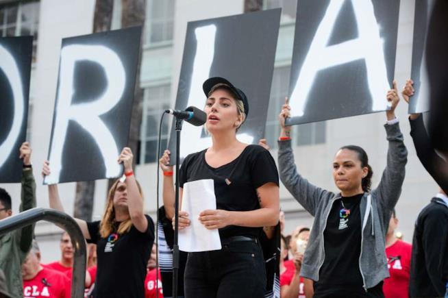 Lady Gaga in una manifestazione per le vittime di Orlando