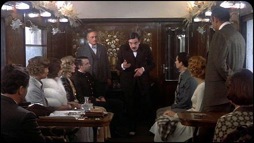 Albert Finney interpreta Poirot e indaga tra i passeggeri sul vagone dell'Orient Express