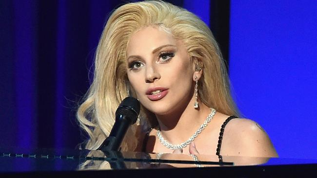 Lady Gaga canta accompagnandosi al pianoforte