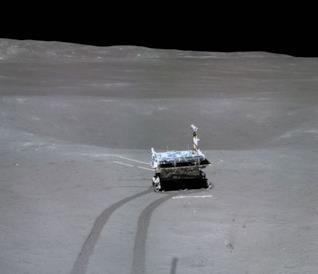 Una foto del rover Yutu-2 sulla Luna