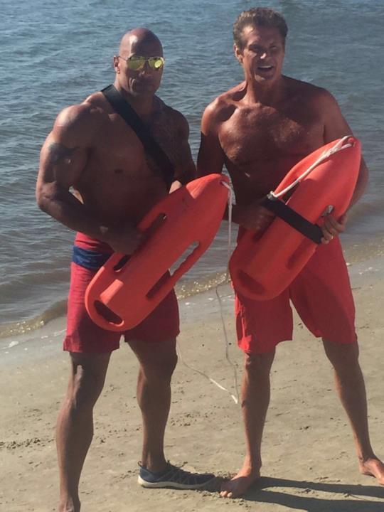 The Rock e David Hasslehoff mostrano i fisici scolpiti nel costume da bagnino di Baywatch