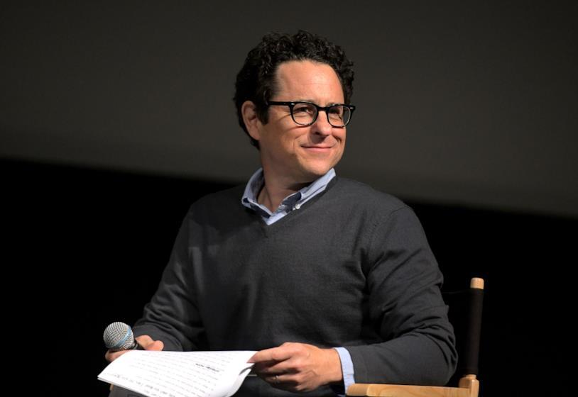 Il regista e produttore J. J. Abrams seduto e sorridente