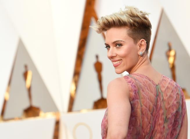 Scarlett Johansson sul red carpet degli Oscar 2017
