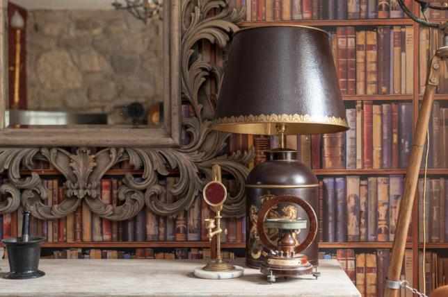 Canongate Luxury Apartment a Edimburgo: primo piano dello specchio e della scrivania appartenuti a J.K. Rowling