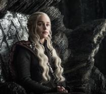 Daenerys Targaryen seduta sul trono a Roccia del Drago