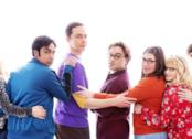 Il cast di The Big Bang Theory si abbraccia