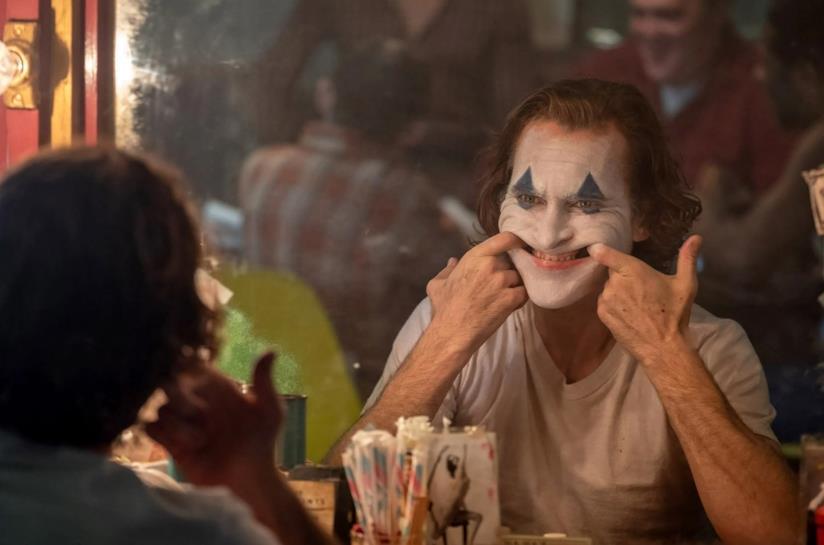 Joaquin Phoenix allo specchio in una scena del film Joker