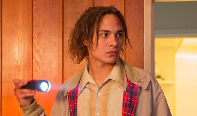Nick Clark in una scena della serie Fear the Walking Dead