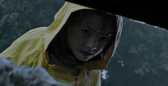Georgie guarda nel tombino nel nuovo IT