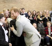 Il principe Harry incontra i giovani studenti inglesi nel Sussex