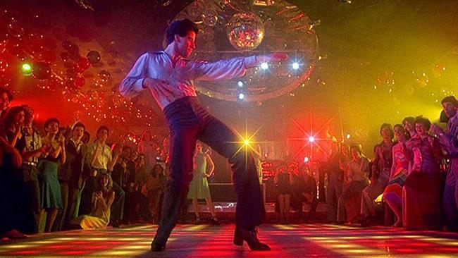 John Travolta, in una scena del film La febbre del sabato sera