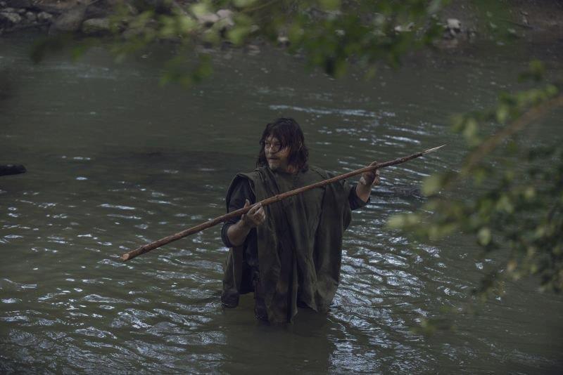 Daryl Dixon a pesca nel fiume
