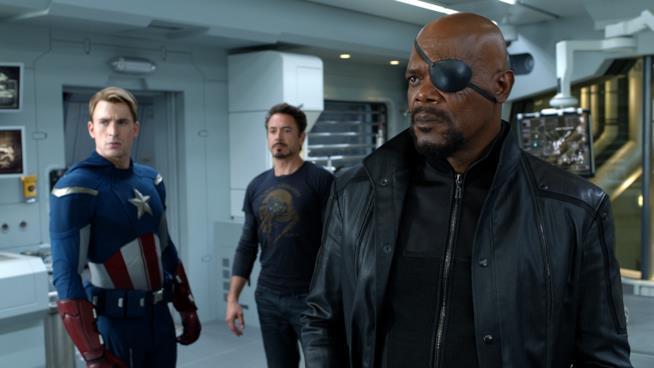 Nick Fury a bordo dell'helicarrier insieme a Steve Rogers e Tony Stark