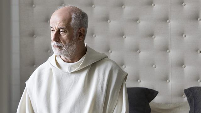 Mezzo busto di Toni Servillo durante il film Le Confessioni
