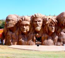 Naruto statua Hokage all'interno del parco dei divertimenti