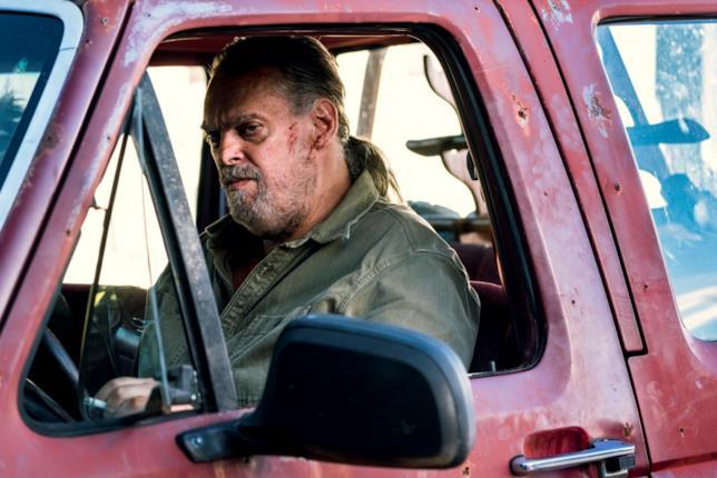 Jody guarda qualcosa dal suo furgone in Preacher 3