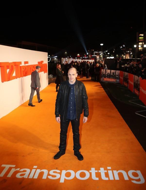 Jonny Lee Miller sul red carpet arancione di Trainspotting