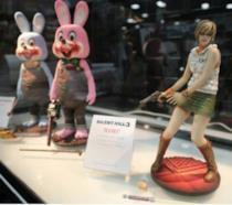 In foto due Robbie the Bunny e Heather Mason