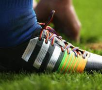 Un paio di scarpini con i lacci rainbow