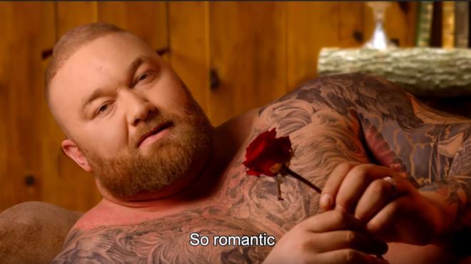 La Montagna di Game of Thrones legge biglietti d'amore in un imperdibile video