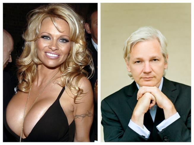Primo piano di Pamela Anderson e Julian Assange