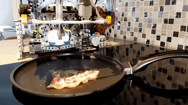 Questa macchina costruita con i LEGO è capace di cucinare e servire la colazione