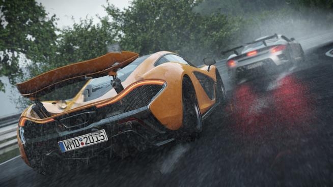 Due bolidi corrono sotto la pioggia in Project CARS 2