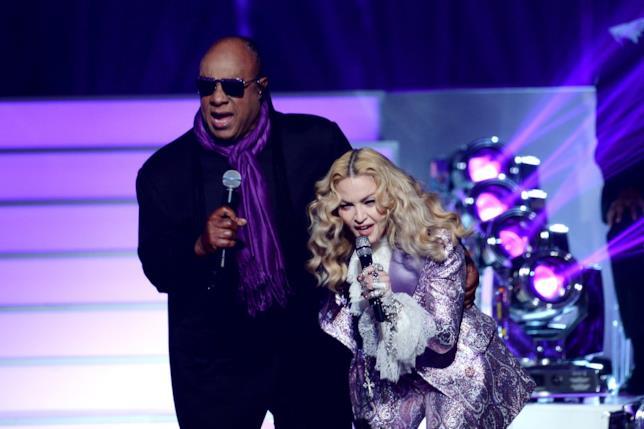 Primo piano di Madonna e Stevie Wonder