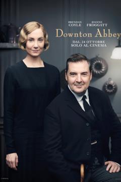 A sinistra in piedi c'è Joanne Froggatt nei panni di Anna Bates, la cameriera personale di Mary. Seduto a destra c'è Brendan Coyle, che interpreta John Bates, il valletto del conte Robert