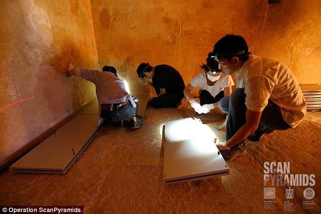 Panoramica di alcuni membri del team di ricercatori al lavoro nella piramide di Cheope, Giza (Egitto)