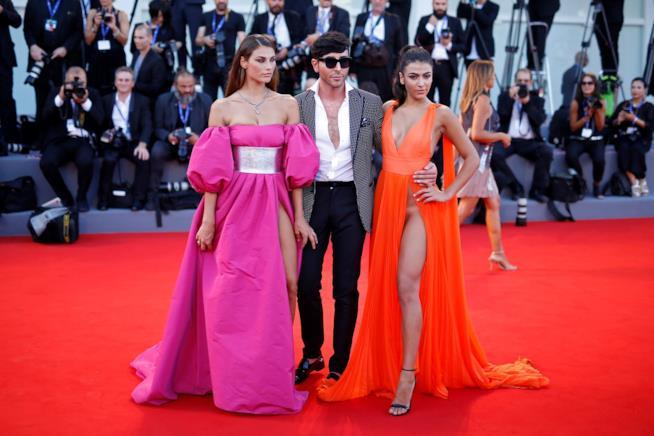 Giulia Salemi e Dayane Mello con Matteo Evandro Manzinisul red carpet di Venezia