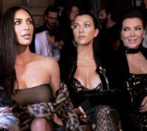 Primo piano di Kim Kardashian, sua madre e una delle sorelle